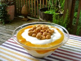 28. Sommerfrische Joghurtcreme mit gedünsteten Pfirsichen