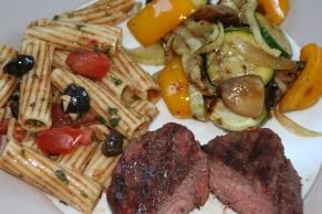 96. Grillgemüse und mediterraner Nudelsalat
