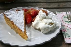 86. Feiner Mandelkuchen mit Erdbeer/Rhabarberkompott
