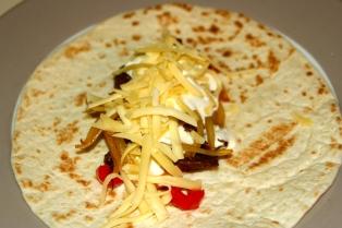 91. Tortillas mit Roastbeef,Paprika,Zwiebel,Knoblauchsoße und Käse