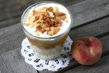98. Mascarpone/Joghurt Creme mit Pfirsich,Nektarine und Mandelknusper
